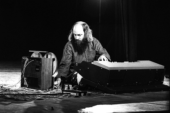 Terry Riley poses. 21/07/1972. Photo : Christian Rose/Fastimage